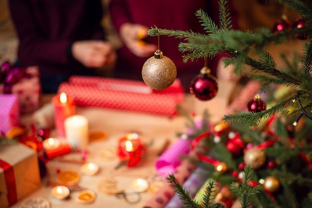 Close-up shot van kerstboomballen die aan de versierde spar hangen