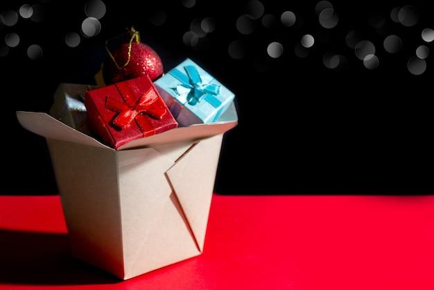Close-up shot van kerstmissamenstelling. wok papieren doos. kerst geschenkdozen.