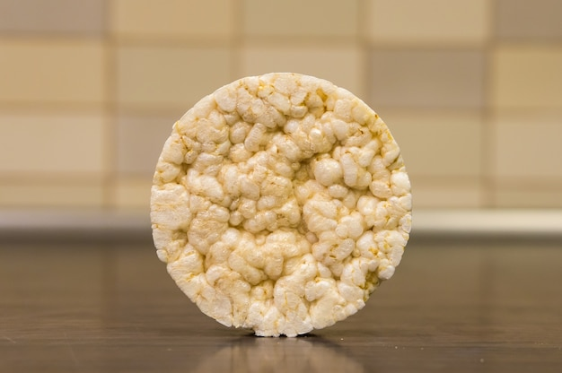 Close-up shot van ketel maïs op een bruin oppervlak in de keuken