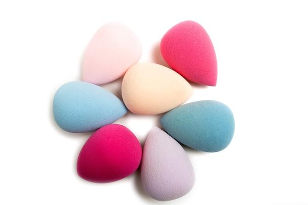Close-up shot van kleurrijke cosmetische beauty blenders op een witte achtergrond