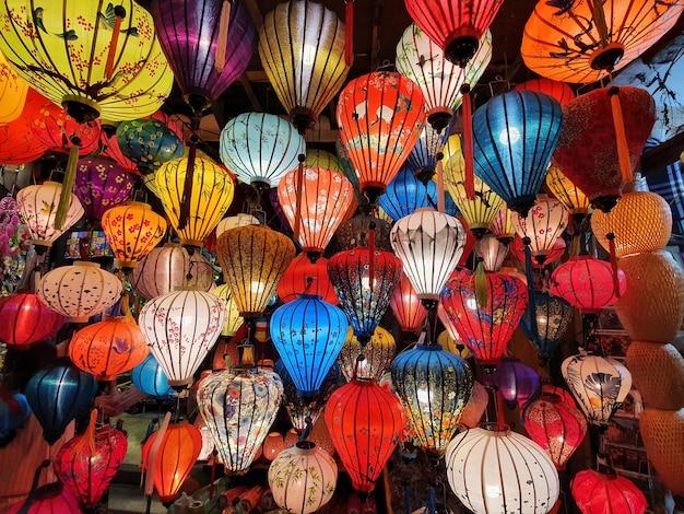 Close-up shot van kleurrijke lantaarns in hoi an, vietnam