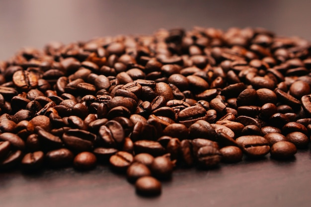 Close-up shot van koffiebonen op een houten tafel