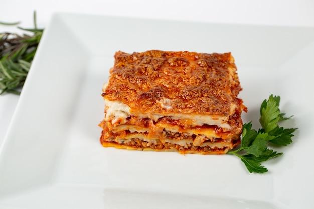 Close-up shot van lasagne op een witte plaat