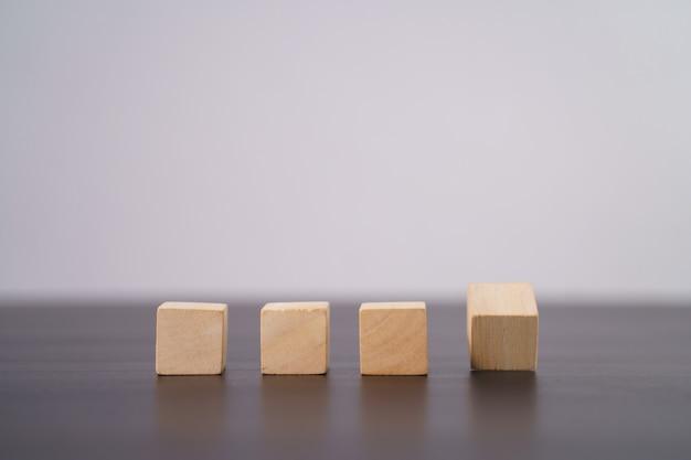 Close-up shot van lege houten blokken op tafel geïsoleerd op grijs.
