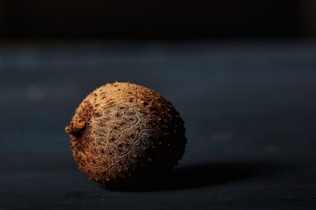 Close-up shot van lychees op zwarte tafel
