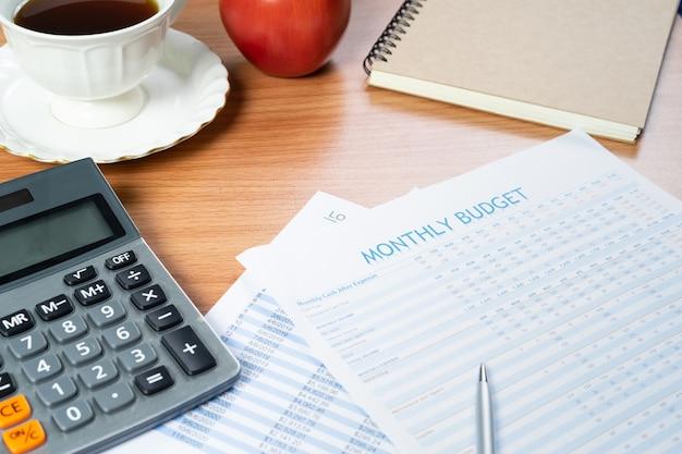 Close-up shot van maandelijks budget. financieel management concept