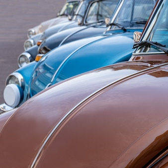 Close-up shot van meerdere auto's die overdag naast elkaar geparkeerd staan