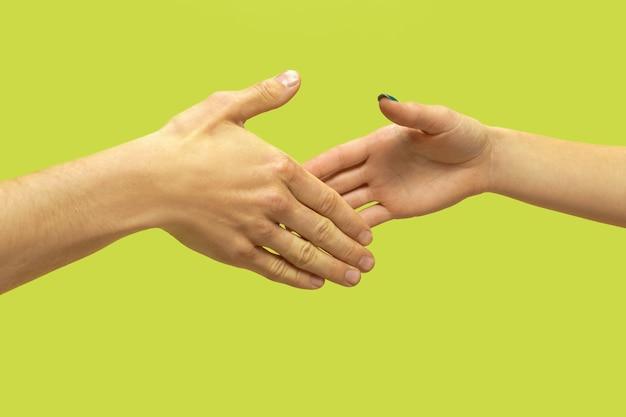 Close-up shot van menselijke hand in hand geïsoleerd. concept van menselijke relaties, vriendschap, partnerschap