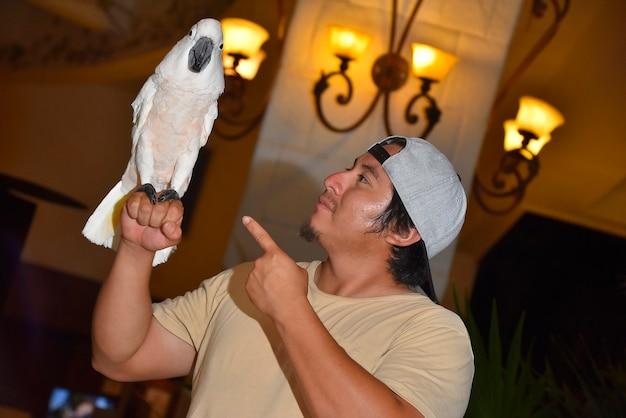 Close-up shot van mexicaanse jongen met guacamaya witte papegaai