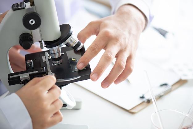 Close-up shot van microscoop