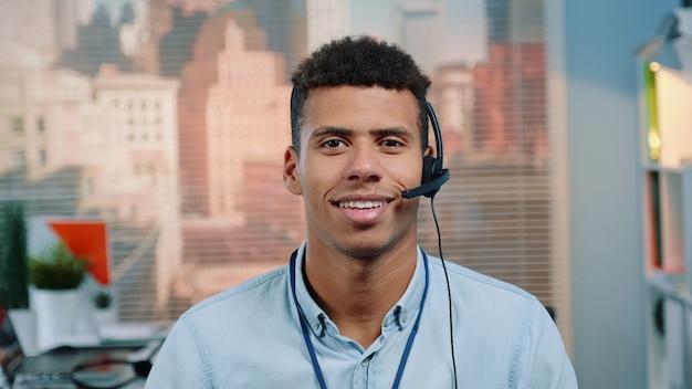 Close-up shot van mixed-race klantenservice operator praten met de klant in het callcenter