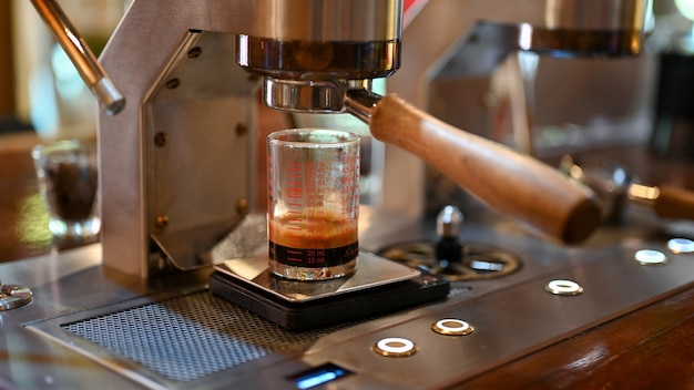 Close - up shot van moderne koffiemachines in het café.