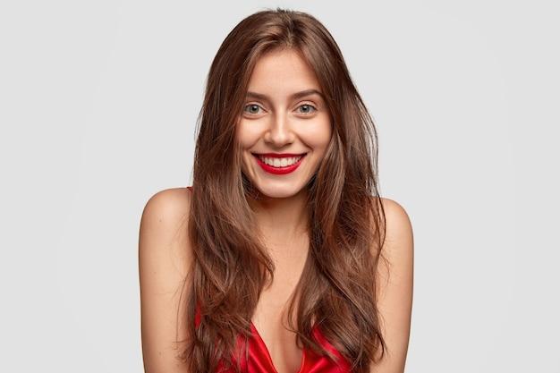Close-up shot van mooie dame met charmante glimlach, toont natuurlijke schoonheid
