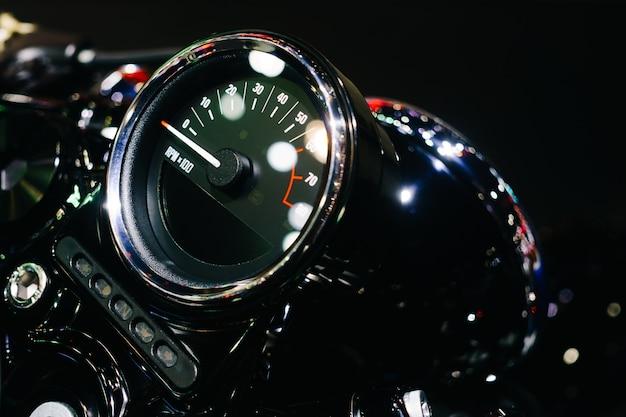 Close-up shot van motorfiets bedieningspaneel met snelheidsmeter dashboard of snelheidsmeter