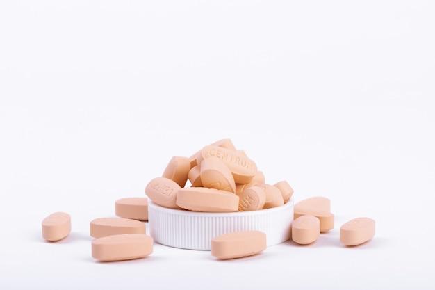 Close-up shot van multivitaminen capsules geïsoleerd op een witte ondergrond