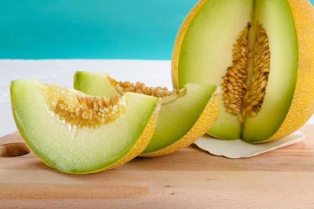 Close-up shot van plakjes meloen op een houten bord