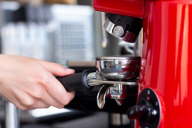 Close-up shot van professionele barman espresso koffie bereiden