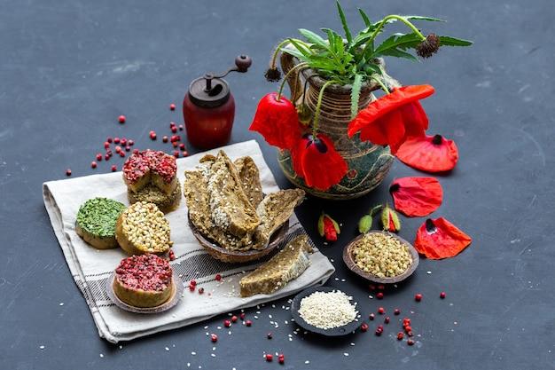 Close-up shot van rauw veganistisch brood met papavers op een donker tafelblad