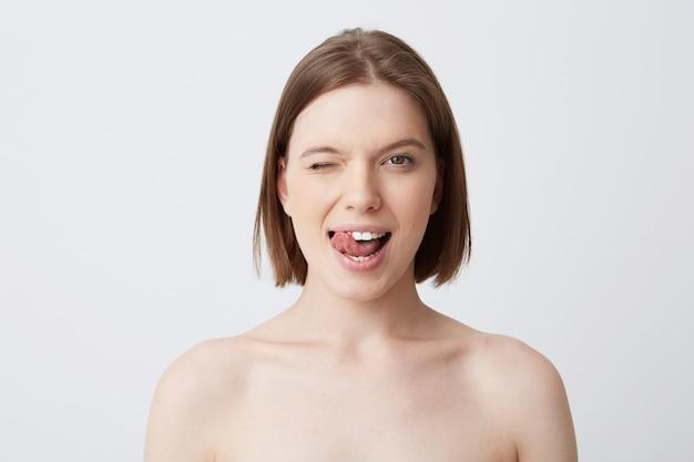 Close-up shot van schattige speelse jonge vrouw met donker haar
