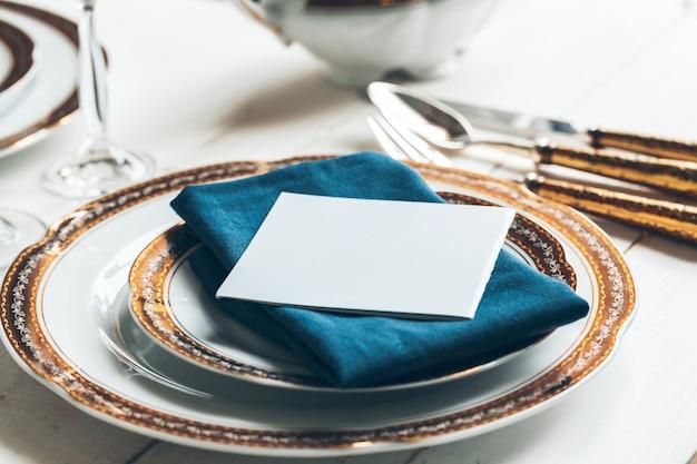 Close-up shot van tafelsetting voor lekker eten met bestek en glaswerk