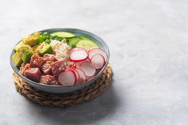Close-up shot van traditionele hawaiiaanse poke bowl bereid met tonijn