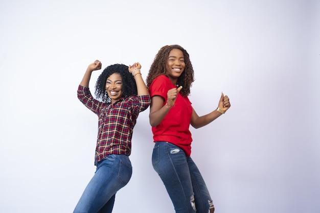 Close-up shot van twee zwarte vrouwen die zich opgewonden en gelukkig voelen