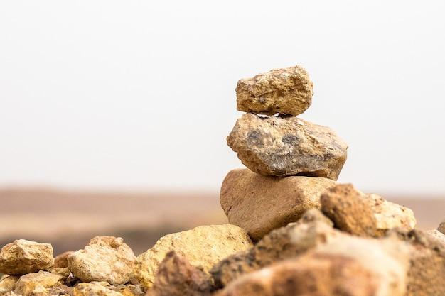 Close-up shot van verschillende rotsen in evenwicht boven elkaar