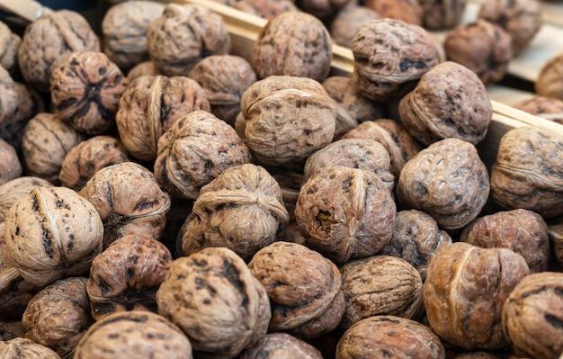Close-up shot van verschillende walnoten bovenop elkaar