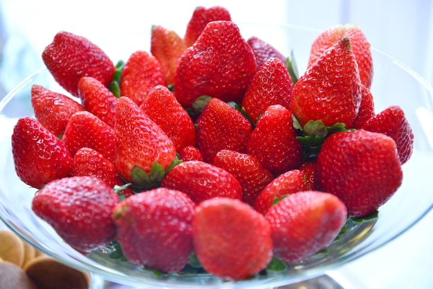 Close-up shot van verse aardbeien in een glasplaat