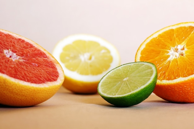 Close-up shot van verse sinaasappelen, limoenen en grapefruits op tafel