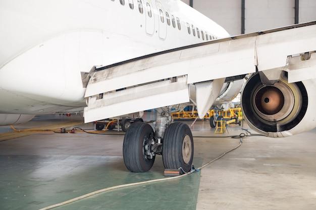 Close-up shot van vliegtuig wiel, landingsgestel in luchthaven hangar. vliegtuig, verzending, transportconcept