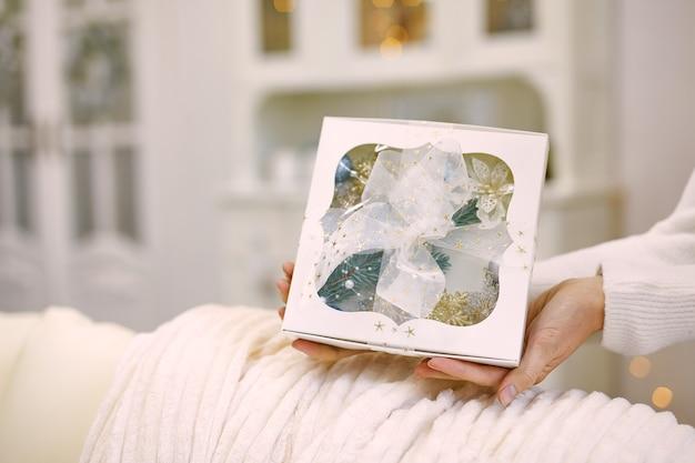 Close-up shot van vrouwelijke handen met een geschenk