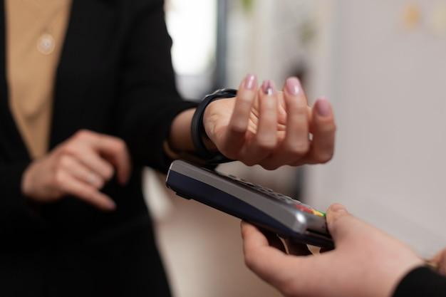 Close-up shot van vrouwelijke ondernemer die bezorgmaaltijden betaalt van restaurant