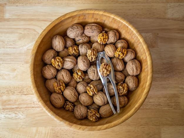 Close-up shot van walnoten in een bruine kom op houten achtergrond