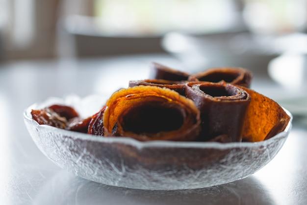 Close-up shot van zelfgemaakte broodjes gemaakt van gedroogde pruimen in tromborg, noorwegen