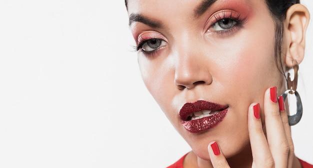Close-up shot vrouwelijk model met kopie-ruimte