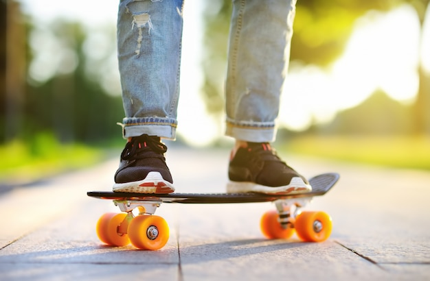 Close-up skateboarden. actieve sportieve vrouw plezier in park