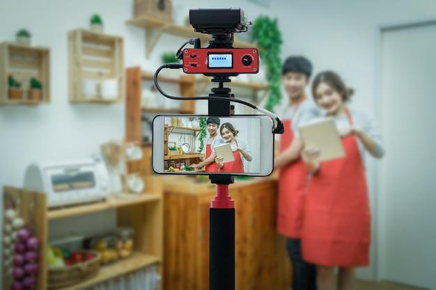 Close-up slimme mobiele telefoon nemen live van happy aziatische minnaar
