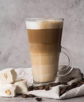 Close-up smakelijke cappuccino met melk