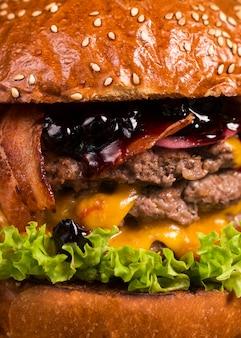 Close-up smakelijke dubbele hamburger met gesmolten kaas