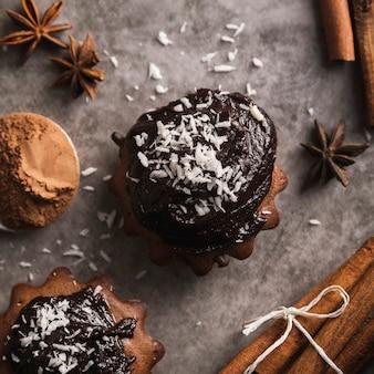 Close-up smakelijke muffins met chocolade
