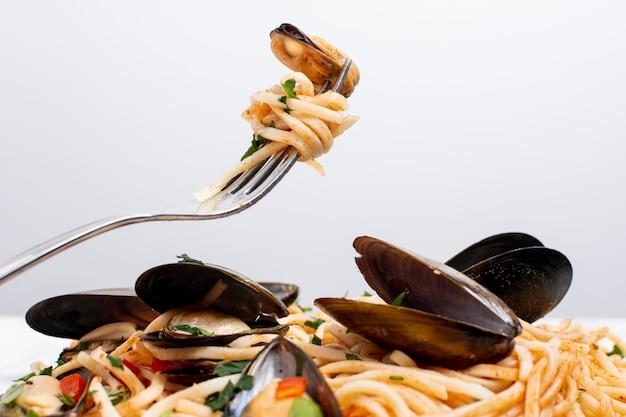 Close-up smakelijke pasta met mosselen