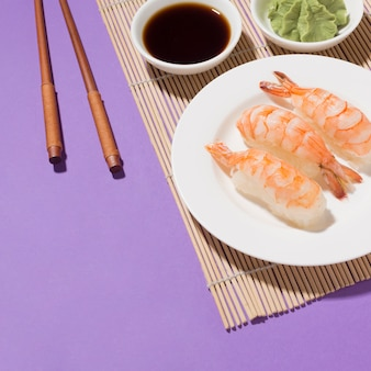 Close-up smakelijke sushi en sojasaus op tafel