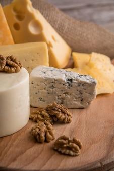 Close-up smakelijke verscheidenheid van kaas met walnoten