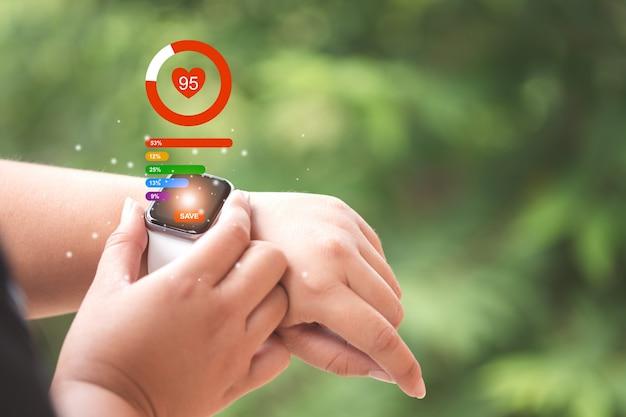 Close-up smartwatch met gezondheidszorg app icoon, en hartslag, en gezondheidszorg concept.