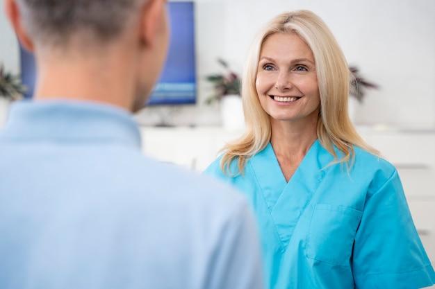 Close-up smiley arts en patiënt