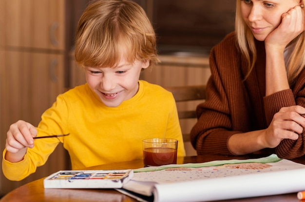 Close-up smiley jongen en vrouw binnenshuis