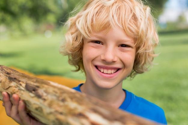 Close-up smiley kind met log