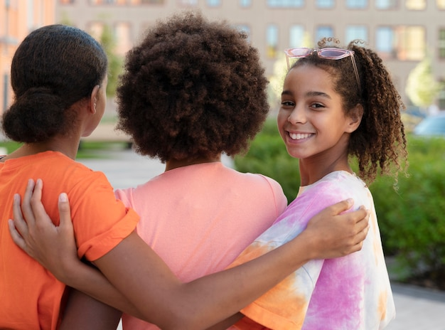 Close-up smiley kinderen buitenshuis