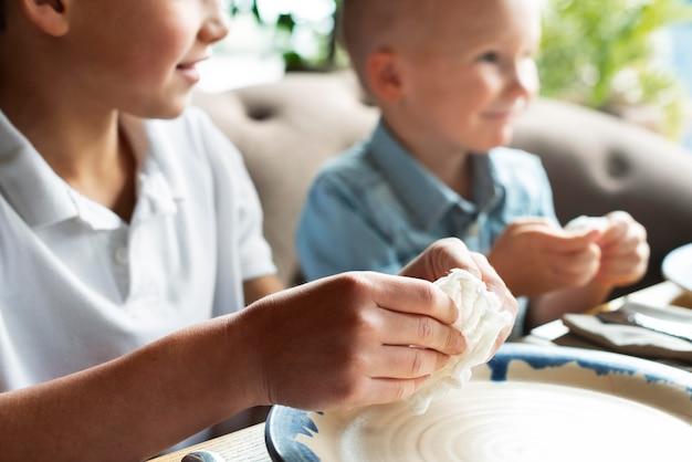 Close-up smiley kinderen zitten aan tafel